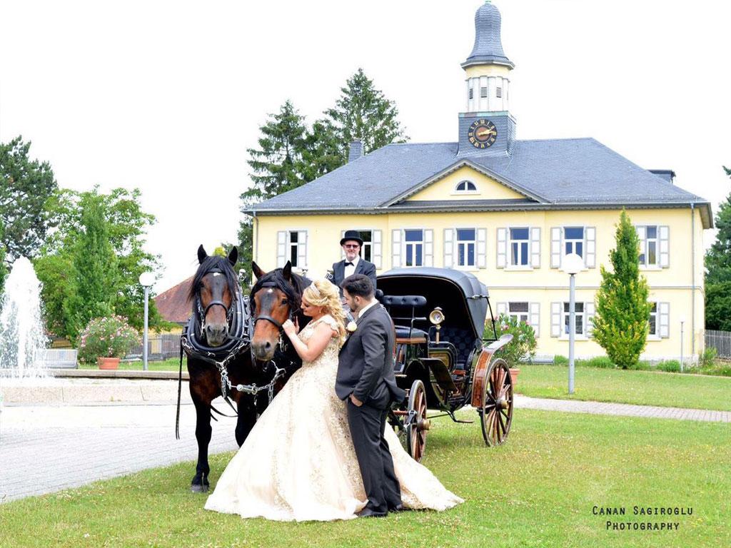 Schloss-Hochzeit-Kutsche-